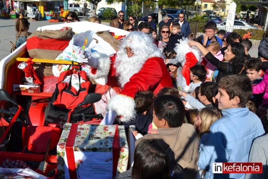 Ο Αϊ Βασίλης κατέφτασε στο Ληξούρι και μοίρασε δώρα στα μικρά παιδιά! (εικόνες)