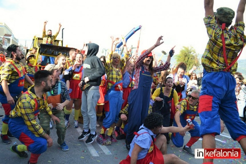 «Βούλιαξε» από τον πολύ κόσμο το Ληξούρι στη μεγάλη καρναβαλική παρέλαση! (εικόνες + video)