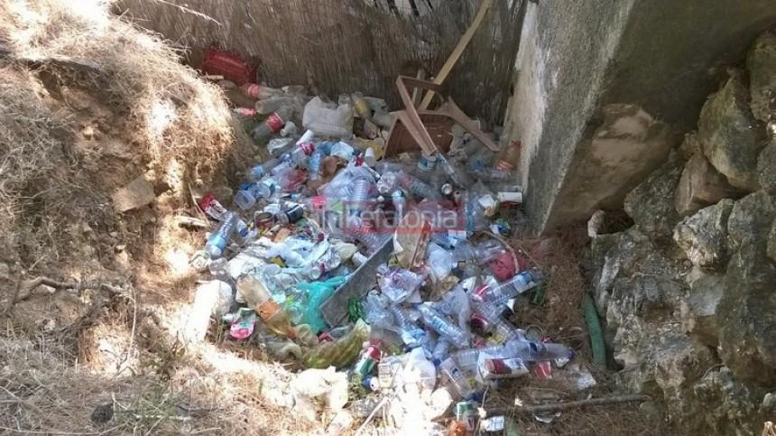 Μίνι - χωματερή... δίπλα στο κύμα στο Μαϊστράτο (εικόνες)