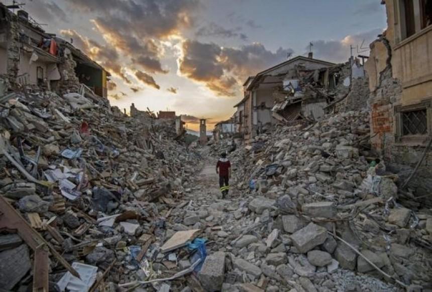 """Σκηνές απόλυτης καταστροφής από τον τριπλό σεισμό στην Ιταλία: """"Η πόλη μας τελείωσε!"""" (εικόνες)"""