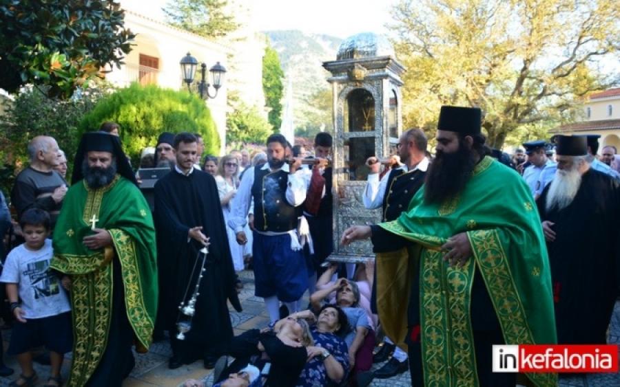 Ομαλά: Η μεταφορά του σκηνώματος του Αγίου Γερασίμου από την μικρή στην μεγάλη εκκλησία (εικόνες + video)